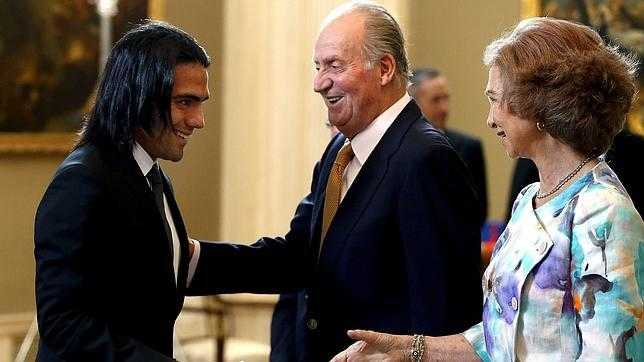 Don Juan Carlos saluda a Radamel Falcao