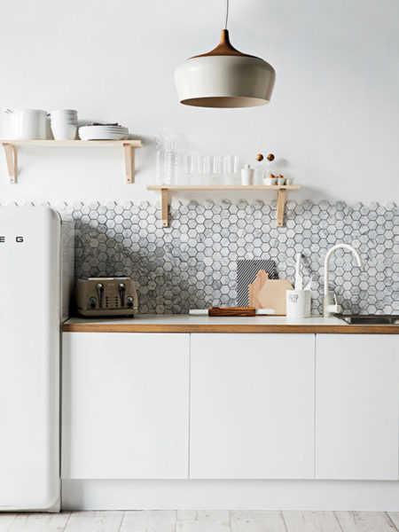 cocina-blanca-nordica-antepecho-mosaico-marmol-hexagonal1