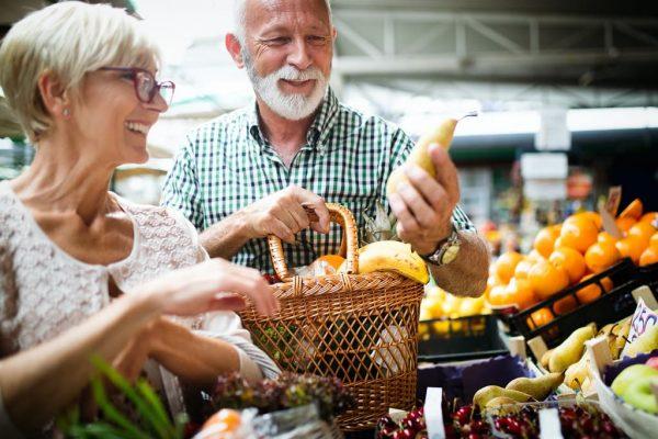 abuelos compran alimentos de la dieta mediterranea