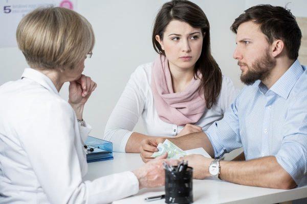 pareja en el medico para la infertilidad