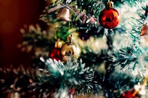 Bolas de Navidad sobre arbol