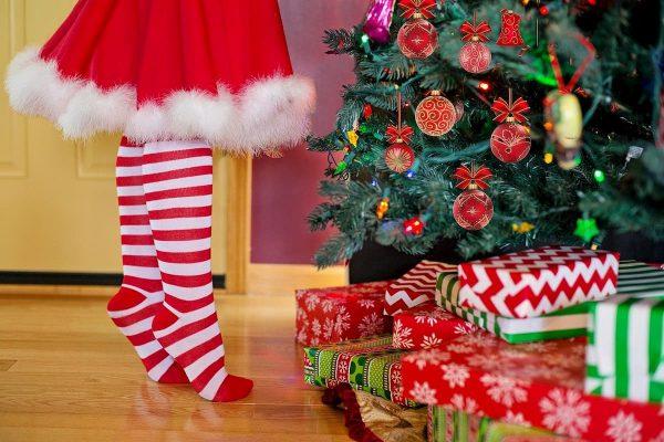 Niñas de puntas decora arbol de Navidad