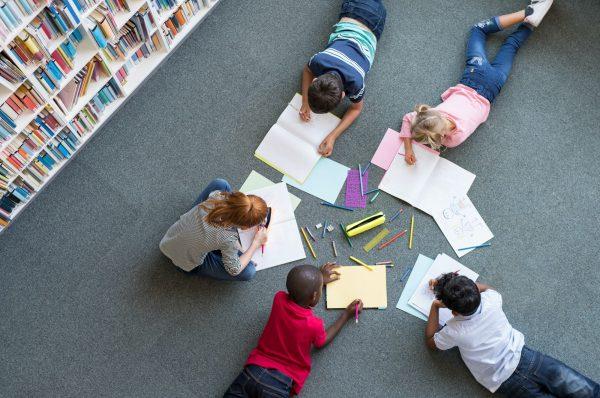 niños dibujando