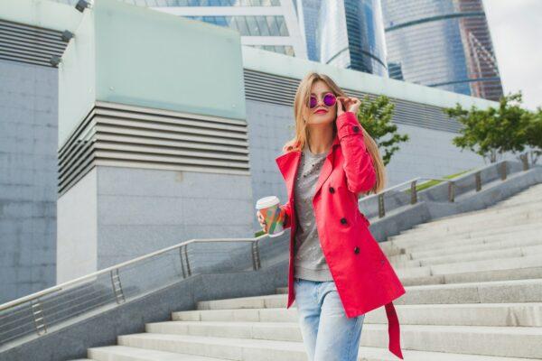 abrigo rojo jeans